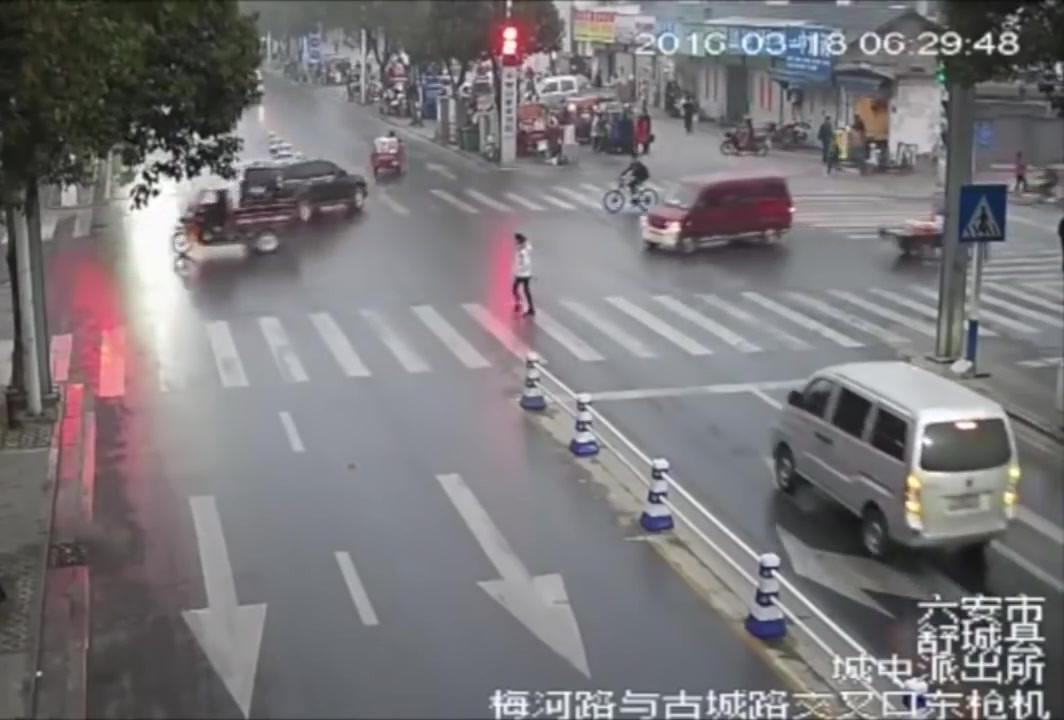 نجات یک زن از زیر چرخ های خودروی ون
